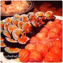 ซูชิข้าวปั้นกุ้งและแซลมอลคู่กับซูชิโรลผักรวม