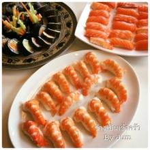 ซูชิข้าวปันกุ้งและแซลมอลคู่กับซูชิโรลผักรวม