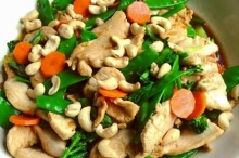 ไก่ผัดผักรวม โรยหน้าเม็ดมะม่วงหิมพานต์